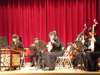 「兰花花叙事曲」以二胡搭配扬琴,高亢柔美的旋律揭露了封建社会买卖